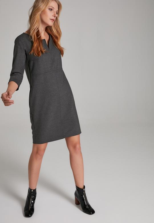 Yakası Yırtmaçlı Elbise