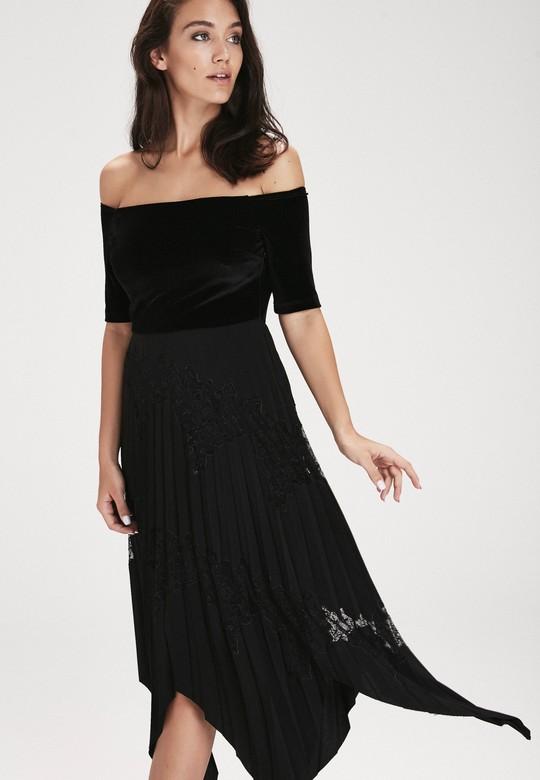 Omuzları Açık Pilili Elbise