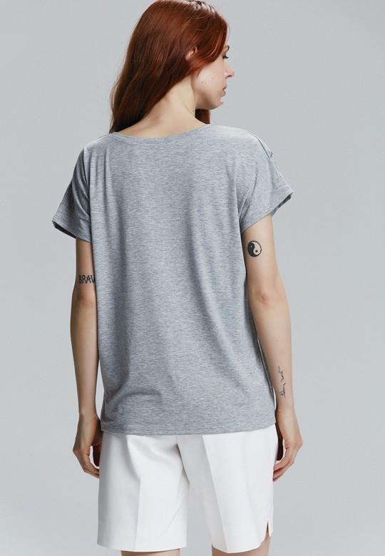V Yaka Nakışlı Tişört